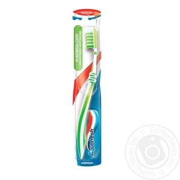 Зубная щетка Aquafresh In Between Clean средней жесткости - купить, цены на Novus - фото 1