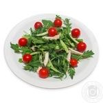 Салат овощной с курицей и рукколой в пряной заливке