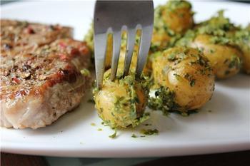 Картофель с зеленой сальсой