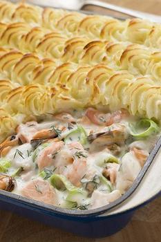 Рыбный пирог с креветками и картофельным пюре