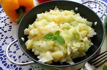 Капустяний салат з картоплею