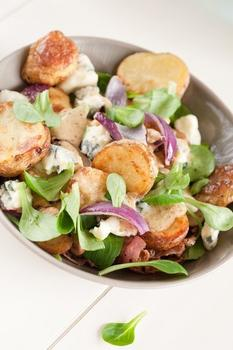 Теплый картофельный салат с маслинами, фетой и мятой