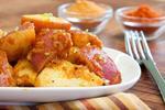 Вареный картофель под сырно-томатным соусом