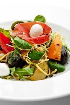 Теплый картофельный салат с маслинами и перцами