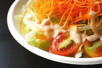 Салат з риби з цибулею-пореєм і морквяним соусом