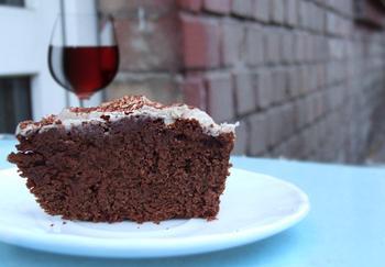 Шоколадний торт на червоному вині