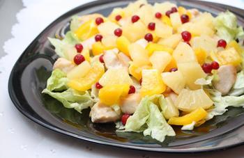 Cалат с курицей и ананасами