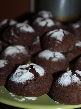 Печиво з гірким шоколадом в цукровій пудрі