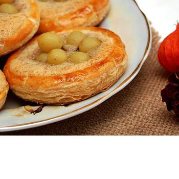 Листкові кошики з виноградом і мигдальним кремом