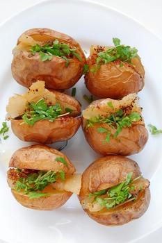 Печеный картофель с салатом и беконом
