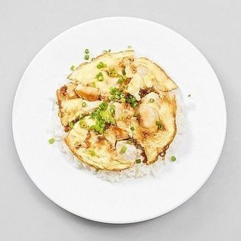 Куриное филе в соевом соусе, в омлете с рисом и спаржей