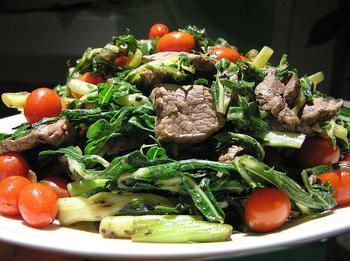 Теплий салат із квасолею та свининою