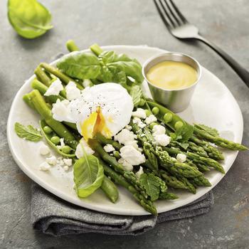 Салат зі спаржі, горошку та яєць