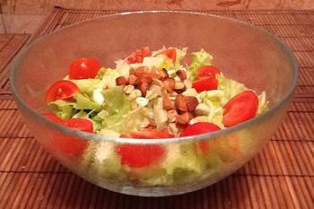 Легкий салат с черри и орехами