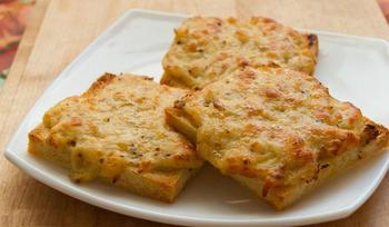 Гренки с острым твердым сыром и орехами