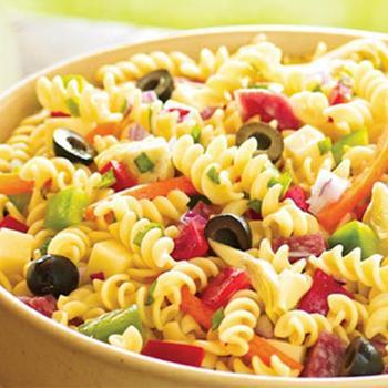 Італійський салат з сиром і макаронами
