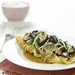 Китайский омлет с грибами, шпинатом и чесноком