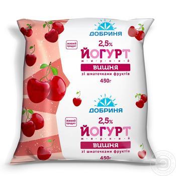 Йогурт Добрыня вишня с кусочками фруктов 2.5% 450г пленка Украина
