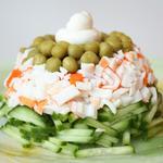 Салат с крабовыми палочками, огурцом и зеленым горошком