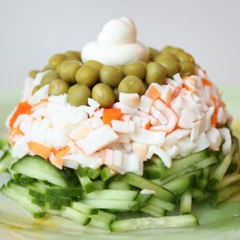 Салат з крабовими паличками, огірком і зеленим горошком