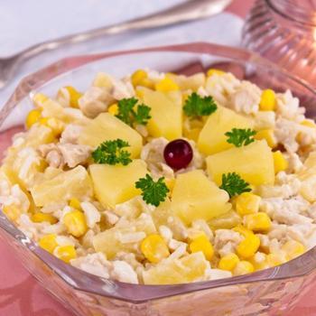 Салат з курячим філе, рисом і ананасами