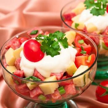 Салат з ковбасою та сиром