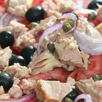 Салат із тунця з маслинами