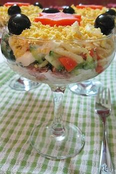 Слоеный салат с тунцом и сыром