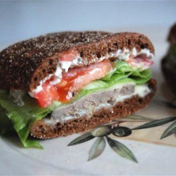 Теплий сирний сендвіч з печінкою