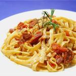 Тальятелле с беконом, салями и помидорами