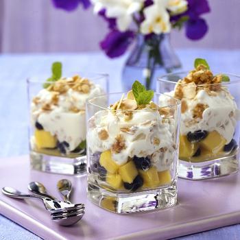 Десерт с виноградом и яблоками
