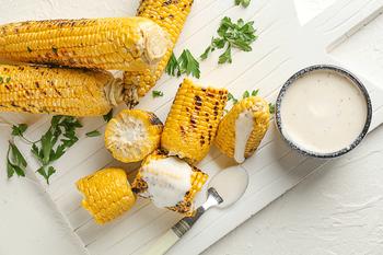 Кукурудза під сирним соусом