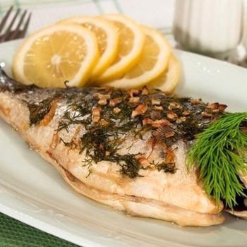 Рыба, маринованная в лимоне, запеченная с зеленью и чесноком