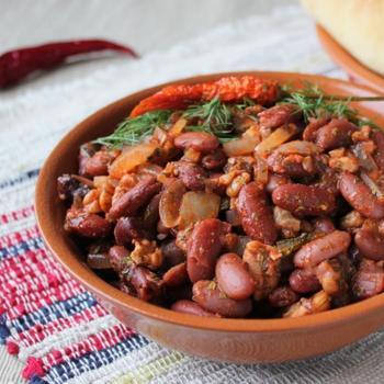 Красная фасоль с орехами и зеленью