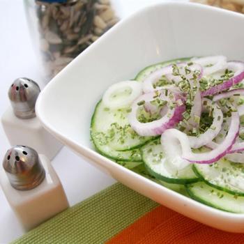 Огірковий салат з фетою і червоною цибулею
