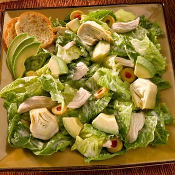Салат из курицы с авокадо и оливками