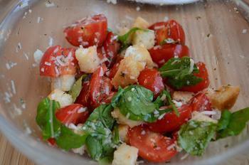 Салат з помідорами чері, сухариками і кунжутом