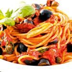 Спагетти с анчоусами, петрушкой, оливками и каперсами