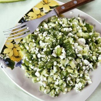 Огуречный салат с луком, укропом и сметаной по‑гречески