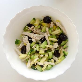 Куриный салат с огурцом и яблоком