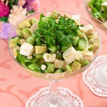 Салат с авокадо, куриным филе и фетой
