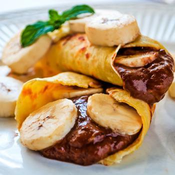 Крепы с шоколадно-ореховым соусом и бананами