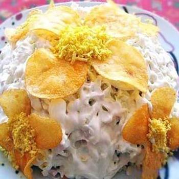 Слоеный грибной салат с ветчиной и чипсами