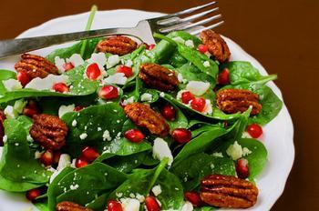 Салат с гранатом, шпинатом и орехами