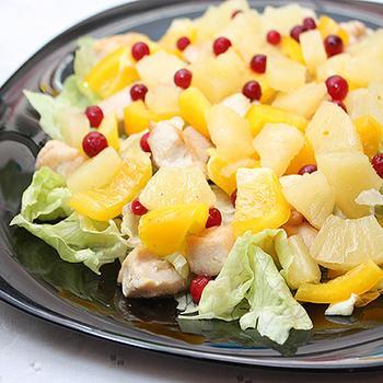 Куриный салат со сладким перцем и ананасом
