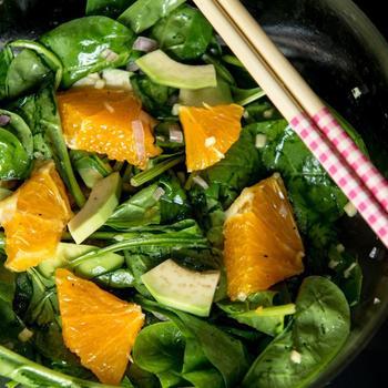Зеленый салат с апельсинами и авокадо