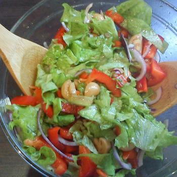 Легкий салат с маринованными шампиньонами