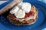 Бананово-яблучний бургер на сніданок