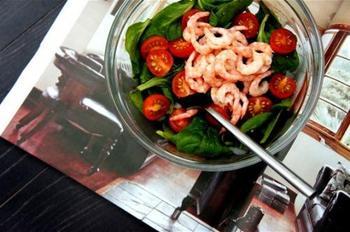 Салат з шпинату і креветок