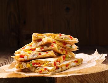 Мексиканская кесадилья с курицей, сыром и соусом сальса